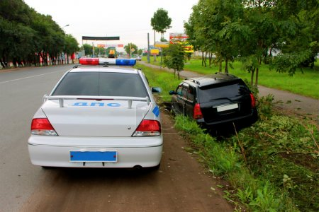 Photo pour Le conducteur était ivre nespravilsya avec la direction et garé dans un fossé . - image libre de droit