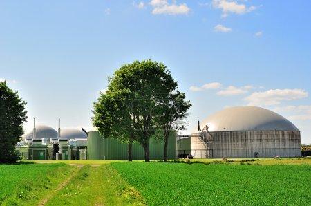 Photo pour Usine de gaz écologique avec ciel bleu dessus . - image libre de droit
