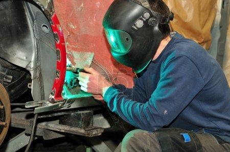 Photo pour Travailleur de corps de voiture. - image libre de droit