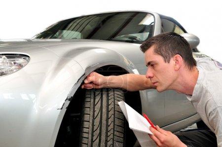 Photo pour Expert en assurance auto, isolé sur fond blanc . - image libre de droit