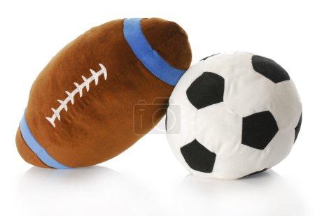 Photo pour Peluche boule de football et de soccer avec réflexion sur fond blanc - image libre de droit