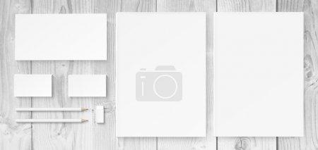 Photo pour Illustration de maquettes d'identité de marque comprenant des blancs, des cartes de visite, des crayons, du caoutchouc et des enveloppes - image libre de droit