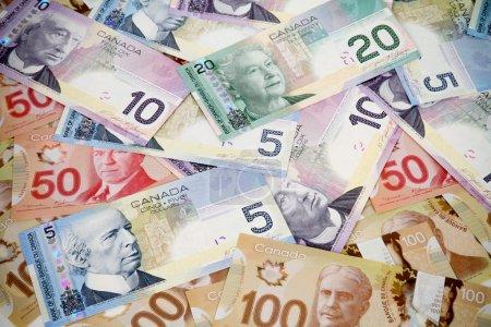 Photo pour Une grosse pile d'argent. Dollars canadiens - image libre de droit
