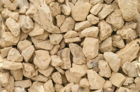 The texture of scattered brown, beige stones
