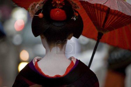 Photo pour Geiko avec parapluie à kyoto, Japon - image libre de droit