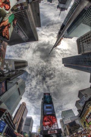 Photo pour Looking up, Times Square la nuit, New York, États-Unis - image libre de droit
