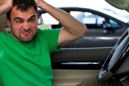 Photo pour Un portrait d'un pilote en colère, assis dans sa voiture. - image libre de droit
