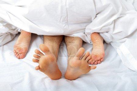 Photo pour Jeune couple ayant des rapports sexuels dans la chambre à coucher. - image libre de droit