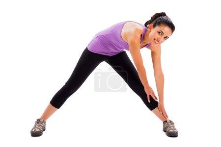 Photo pour Belle jeune femme qui fait son entraînement de fitness tous les jours - arrière-plan isolé . - image libre de droit
