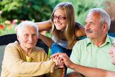 Famiglia nonna malata visita in casa di cura