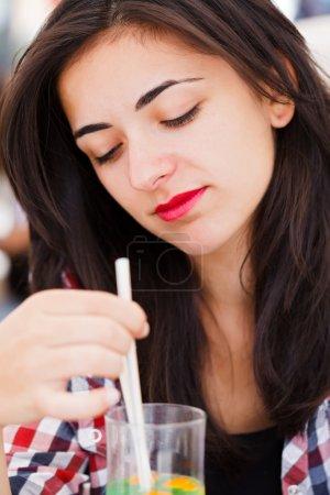 Photo pour Mélancolique femme latina avec des pensées profondes, boire un jus. - image libre de droit
