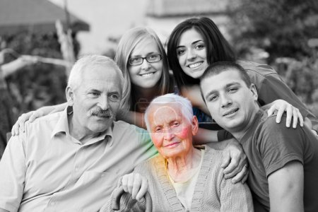 Photo pour Concept d'Alzheimer - quand le monde ferme po une femme âgée, entourée de sa famille. - image libre de droit