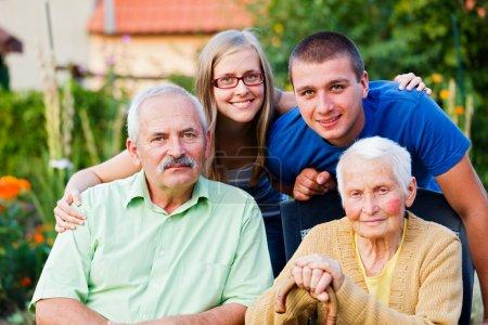 Photo pour Heureuse famille multigénérationnelle visitant le membre aîné - la grand-mère - dans une maison de retraite. - image libre de droit