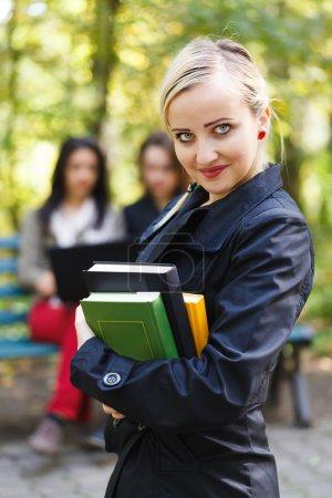 Photo pour Heureux de beaux étudiants sur le campus de préparation et d'apprentissage pour les examens . - image libre de droit