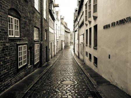 Photo pour C'est une vue d'une rue solitaire dans le centre-ville de Hambourg. - image libre de droit