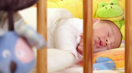 Matka líbat své spící dítě