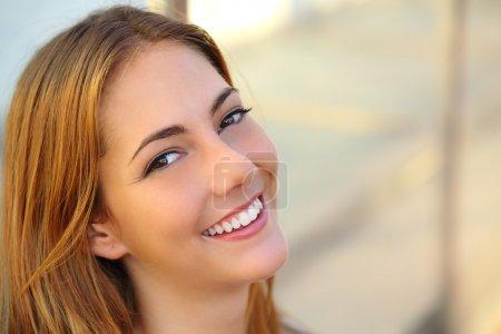 Photo pour Belle femme avec un sourire blanc parfait et une peau lisse avec un arrière-plan flou - image libre de droit