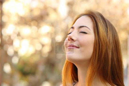 Photo pour Portrait d'une belle femme faisant des exercices de respiration avec un arrière-plan non ciblé automne - image libre de droit