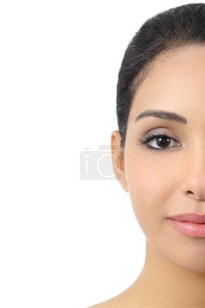 Photo pour Portrait facial mi-devant d'une femme au visage lisse isolé sur fond blanc - image libre de droit