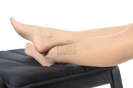 Primer plano de una mujer cansada piernas descansando