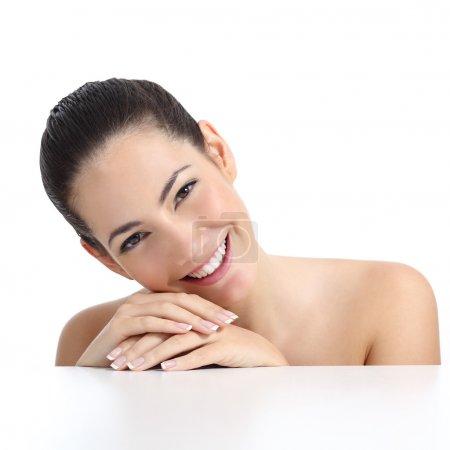 Photo pour Beauté femme avec manucure parfaite peau et sourire blanc isolé sur fond blanc - image libre de droit