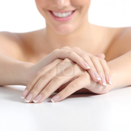 Photo pour Belle femme mains ongles avec manucure française parfaite isolé sur un fond blanc - image libre de droit