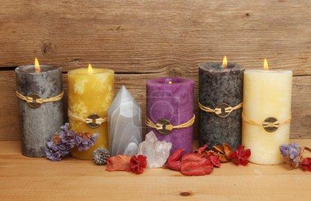 Photo pour Bougies, cristaux et pot-pourri au Feng Shui sur fond de vieux bois rustique - image libre de droit