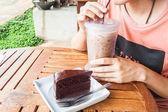 Přestávka na kávu s ledovou kávu a čokoládový dort