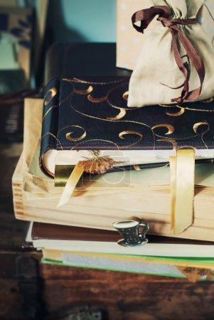 Photo pour Anciens albums, des étoffes et des boîtes à souvenirs - image libre de droit