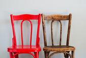 židle na šedou stěnu