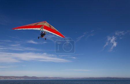 Photo pour Un deltaplane survolant bracciano lake, près de rome, Italie en une journée très claire et ensoleillée - image libre de droit
