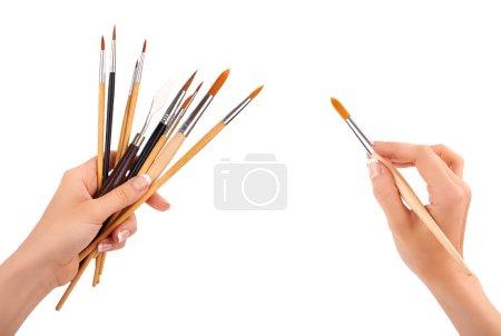Photo pour Main avec une brosse isolée - image libre de droit
