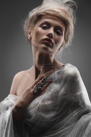 Photo pour Mode belle fille glamour avec des cheveux stylisés créatifs portant résille argent et accessoires en acier - image libre de droit
