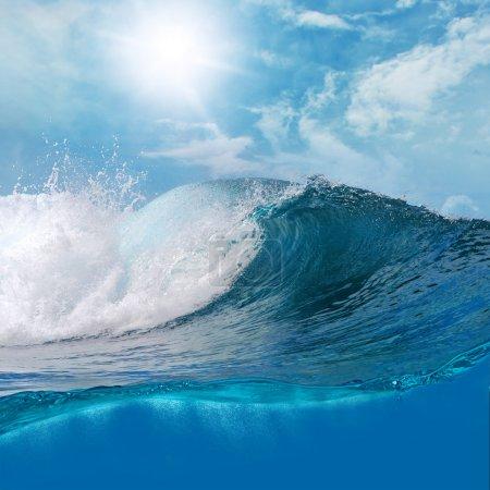 Photo pour Ocaen-vue seascape paysage gros Surf vague avec ciel légèrement nuageux et le soleil - image libre de droit