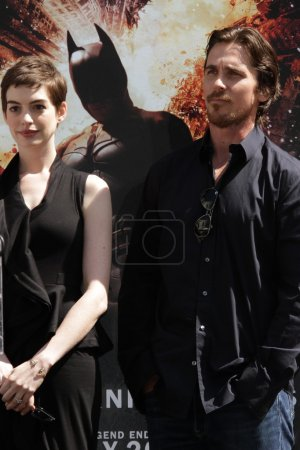 Photo pour Anne Hathaway et Christian Bale au Christopher Nolan Hand and Footprint Ceremony, Chinese Theater, Hollywood, CA 07-07-12 - image libre de droit