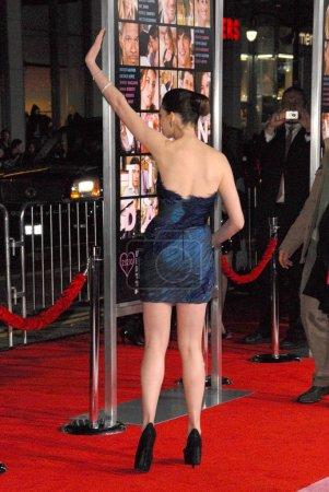 Photo pour Anne Hathaway à la première mondiale de la Saint-Valentin, Théâtre chinois, Hollywood, Californie. 02-08-10 - image libre de droit