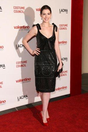 """Photo pour Anne Hathaway à la première de """"Valentino - The Last Emperor"""" sur la côte ouest. LACMA, Los Angeles, CA 04-01-09 - image libre de droit"""