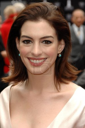 Photo pour Anne Hathaway au Rodeo Drive Walk of Style Ceremony en l'honneur de Valentino Garavani. Rodeo Drive, Beverly Hills, CA 04-02-09 - image libre de droit