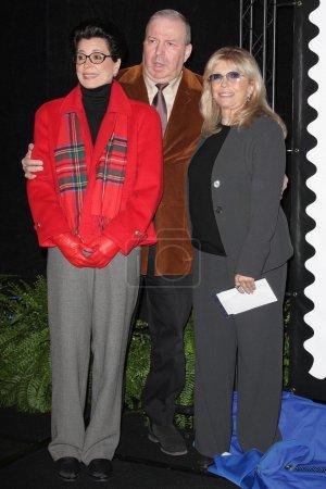 Photo pour Tina Sinatra avec Frank Sinatra Jr. et Nancy Sinatra lors de la cérémonie de dévoilement du nouveau timbre du service postal des États-Unis honorant Frank Sinatra. Beverly Hilton Hotel, Beverly Hills, CA. 12-12-07 - image libre de droit