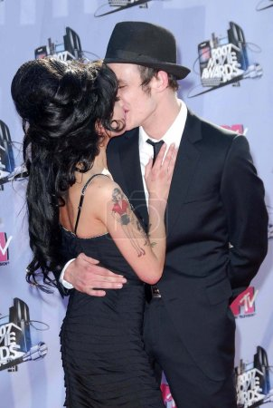 Photo pour Amy Winehouse et son mari Blake arrivent aux MTV Movie Awards 2007. Gibson Amphitheatre, Universal City, CA 06-03-07 - image libre de droit
