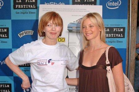 """Photo pour Frances Fisher et Amy Smart au Los Angeles Film Festival Projection de """"Who Killed The Electric Car"""". Landmark Regent Theater, Los Angeles, CA. 06-24-06 - image libre de droit"""