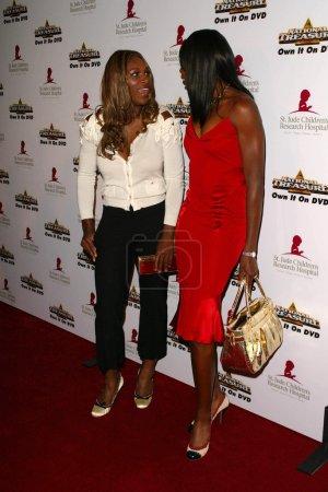 Photo pour Serena Williams et Venus Williams sur la 3e piste annuelle à vie au profit de l'Hôpital de recherche pour enfants St Jude, Beverly Hilton, Beverly Hills, CA 05-01-05 - image libre de droit