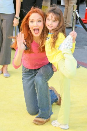 "Photo pour Amy Yasbeck et sa fille à la première mondiale de ""The Spongebob Squarepants Movie"" au Graumans Chinese Theater, Hollywood, CA 14-11-04 - image libre de droit"