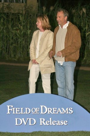 "Photo pour Amy Madigan et Kevin Costner au 15e anniversaire de la sortie du DVD Celebration of ""Field of Dreams"" à West Hollywood Park, West Hollywood, CA. 06-09-04 - image libre de droit"
