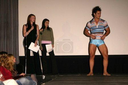 Photo pour Laura Prepon et Mila Kunis au Wear Aware ! Benefit and Fashion Show for Animal Avengers, Cinespace, Hollywood, CA 11-02-03 - image libre de droit