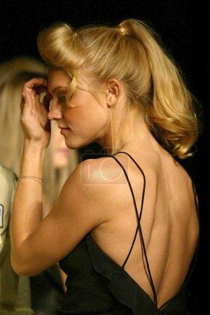 Photo pour Dominique Swain au défilé Maria Bianco Nero dans le cadre de la Mercedes Benz Fashion Week aux Smashbox Studios, Los Angeles, CA. 03-29-04 - image libre de droit