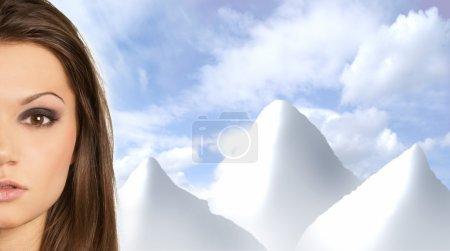 Foto de Atractiva mujer sobre el cielo y picos de fondo - Imagen libre de derechos