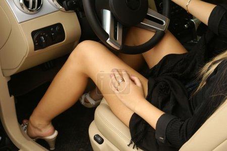 Photo pour Jambes sexy dans une voiture - image libre de droit