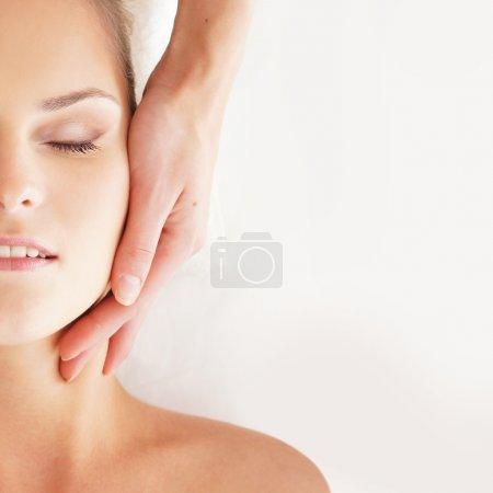 Photo pour Jeune femme attrayante se faire masser traitement sur fond blanc - image libre de droit