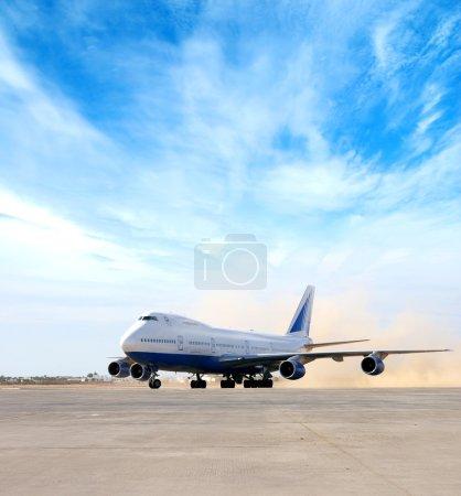 Photo pour Avion géante en aéroport - image libre de droit